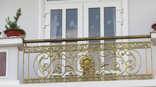 Những mẫu lan can ban công sắt đẹp nhất khiến ngôi nhà nổi amp;#34;bần bậtamp;#34; giữa phố - 13