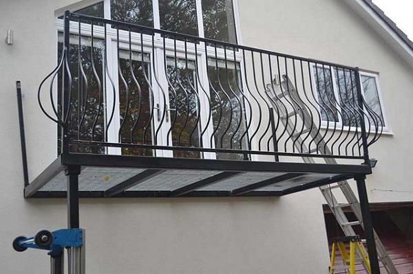 Những mẫu lan can ban công sắt đẹp nhất khiến ngôi nhà nổi amp;#34;bần bậtamp;#34; giữa phố - 10