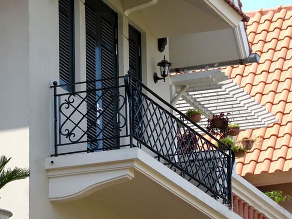 Những mẫu lan can ban công sắt đẹp nhất khiến ngôi nhà nổi amp;#34;bần bậtamp;#34; giữa phố - 11