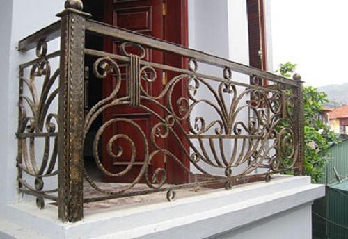 Những mẫu lan can ban công sắt đẹp nhất khiến ngôi nhà nổi amp;#34;bần bậtamp;#34; giữa phố - 5