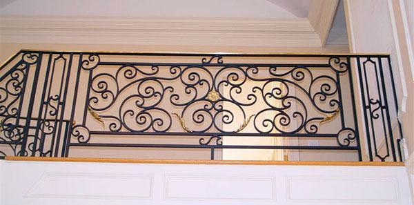 Những mẫu lan can ban công sắt đẹp nhất khiến ngôi nhà nổi amp;#34;bần bậtamp;#34; giữa phố - 6