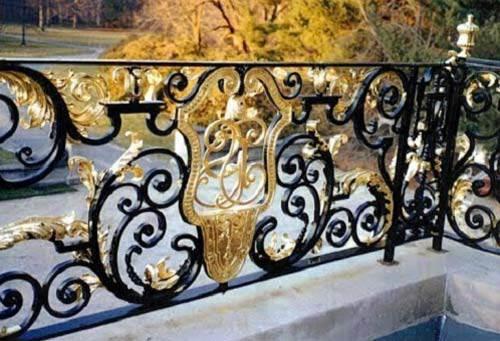 Những mẫu lan can ban công sắt đẹp nhất khiến ngôi nhà nổi amp;#34;bần bậtamp;#34; giữa phố - 12
