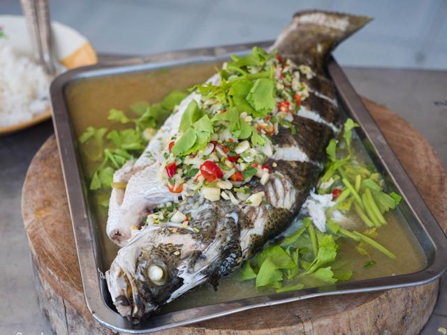 Cách làm cá hấp bia ngon ngọt, nóng hổi thơm nức mũi để cả nhà đổi gió