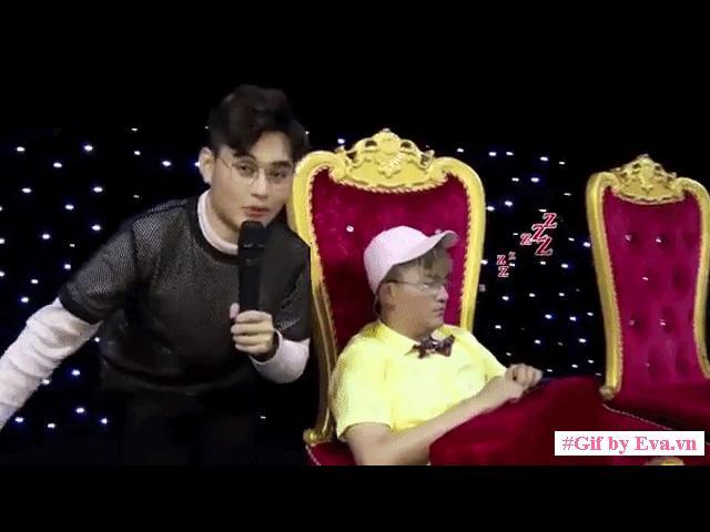 Bắt gặp khoảnh khắc MC giàu nhất Việt Nam ngủ gật trong hậu trường vì đêm... bận đếm tiền!