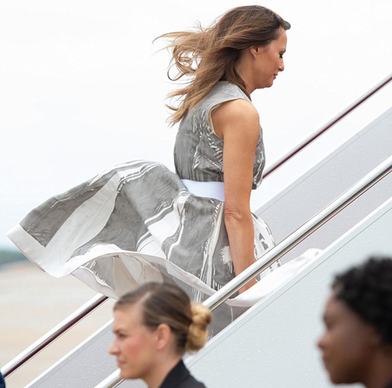 Mới đây, bàMelania Trump đã gặp sự cố khi bị tốc váy kém duyên khi lên máy bay.