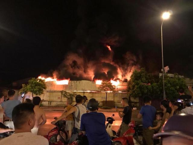 Cháy lớn tại chợ Gạo Hưng Yên, ngọn lửa bốc lên dữ dội