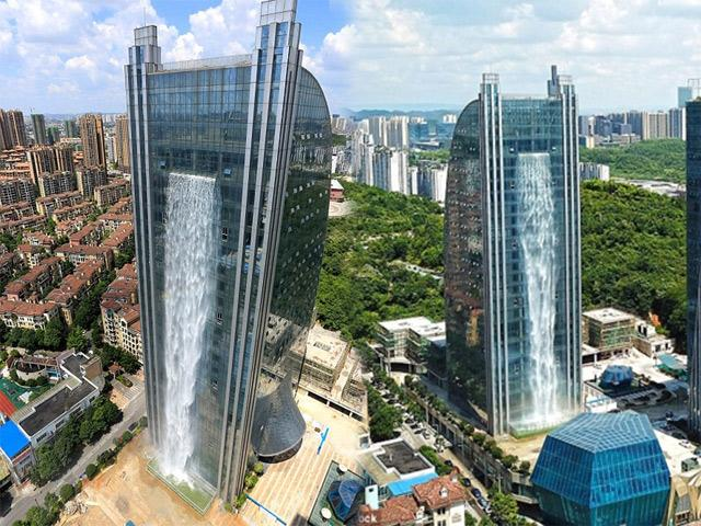 Cận cảnh tòa nhà chứa thác nước khổng lồ, tuyệt đẹp nhưng vẫn bị chê hết lời vì một điều