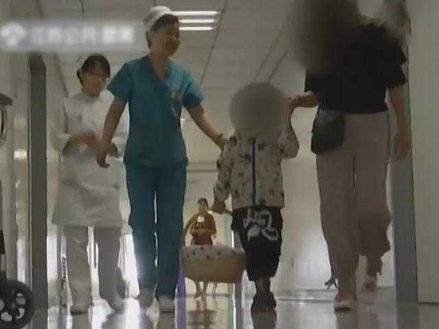 Con bị viêm phổi đưa đi khám, mẹ hoang mang khi bác sĩ quan tâm tới chiều cao của con
