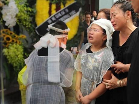 Đám tang Huyền Trang: Hai con nhỏ kiễng chân nhìn linh cữu gọi Mẹ ơi đừng ngủ nữa