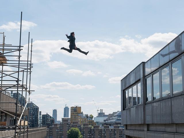 Tom Cruise nhảy khỏi cửa sổ bị thương 12 tuần, chỉ để đổi lấy một cảnh phim để đời