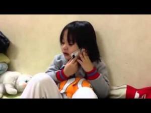Gọi điện khóc nức nở, bé gái bày mưu để anh trai xin thầy giáo cho về nhà
