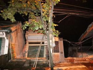 Hàng loạt nhà dân sống tại thành phố Hoà Bình bị trượt xuống lòng sông Đà