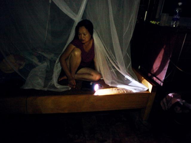 Đêm ở rốn lũ Chương Mỹ: Không ngủ nổi vì nước ăn chân, côn trùng rúc vào người