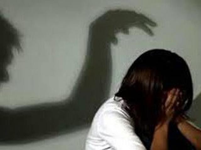 Vợ đưa con trai đi chữa bệnh, chồng ở nhà hiếp dâm con gái