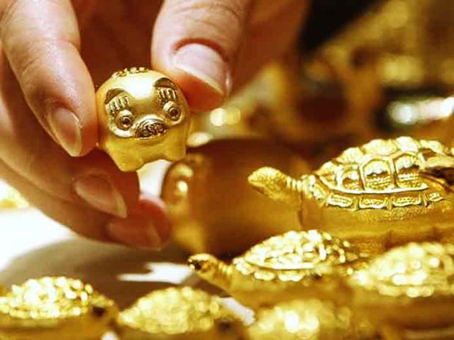 Giá vàng hôm nay 1/8: Hứng tin lãi suất, vàng lao dốc thẳng đứng