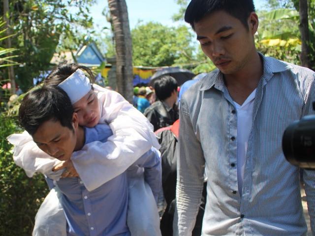 Đám tang chú rể Nguyễn Khắc Long: Cô dâu ngất lịm trong vòng tay người thân