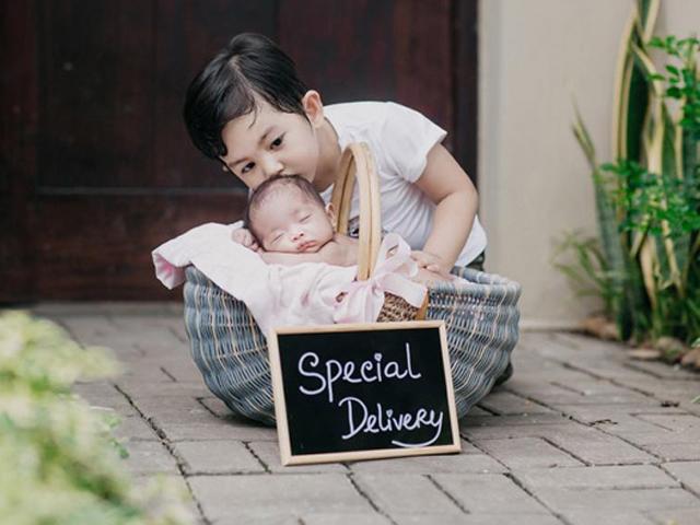 Khánh Thi gọi con gái mới sinh là món quà vô giá trong bộ ảnh kẹo ngọt
