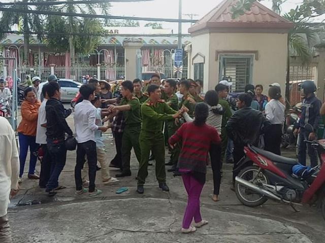 Gia đình bị cáo và bị hại đánh nhau náo loạn tại sân tòa xử kẻ tạt axid người yêu