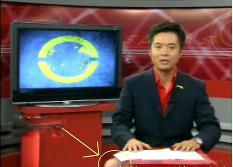 """Anh chàng MC này bất ngờ""""lộ hàng"""" trên sóng truyền hình."""