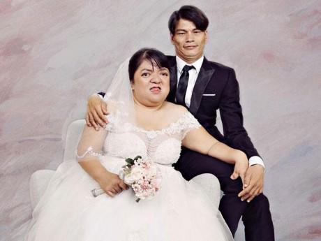 Cảm động trước bộ ảnh cưới ngập tràn hạnh phúc của 15 cặp đôi khuyết tật