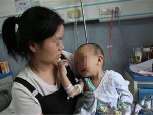 Con hơn 18 tháng chưa biết đi, mẹ rụng rời vì phát hiện tội ác của người giúp việc