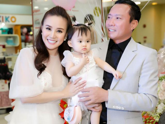 Chồng đại gia của Vy Oanh hiếm hoi xuất hiện bên vợ, khoe hai con giống hệt bố