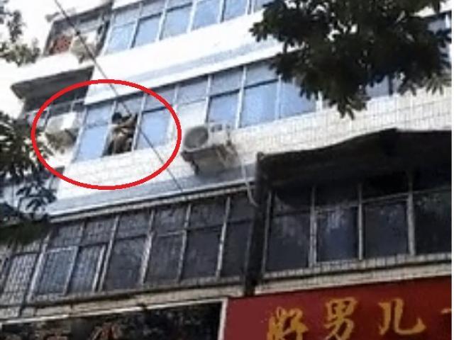 Hỏa hoạn ở chung cư, mẹ trẻ ném 2 con từ tầng 5 xuống đất