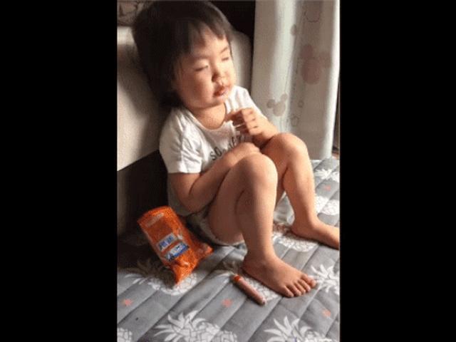 Đồ ăn trên tay không thể đánh bại cơn buồn ngủ, em bé gà gật thương ơi là thương