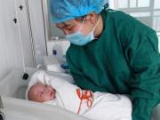 Mổ đẻ cho mẹ 3 thai, bác sĩ chuẩn bị khâu thì giật mình sờ thấy một cánh tay nữa