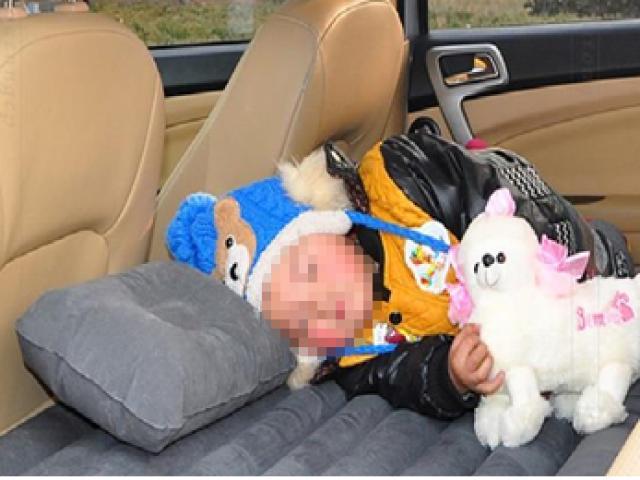 Để con ngồi chơi ở ghế sau ô tô, mẹ bất ngờ đánh lái khiến con ngã đứt lưỡi