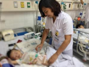 Sau 6 tháng chán ăn, sốt liên tục, bé trai 2 tuổi phát hiện bị thủng 50 lỗ ở ruột
