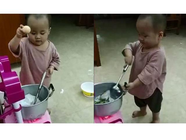 Đập trứng, lắc chảo như người lớn, em bé cực chất với thần thái chuyên nghiệp