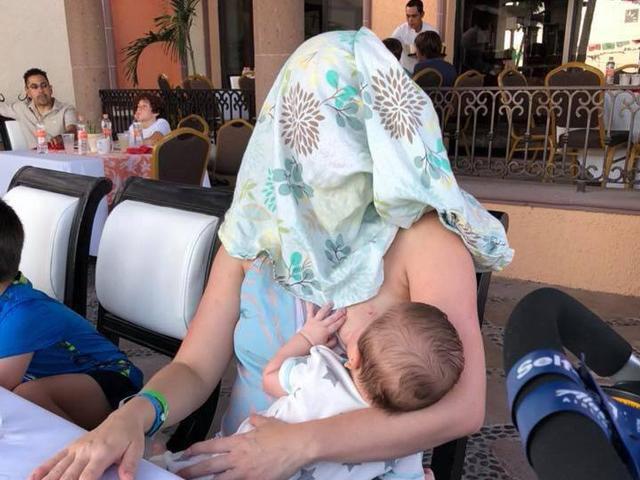 Bị nhắc che ngực khi đang cho con bú ở nhà hàng, người mẹ hành động vô cùng bá đạo