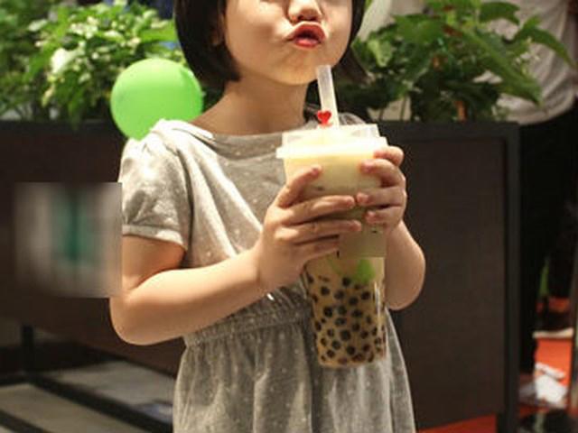 Bé gái tử vong vì hóc trân châu trong trà sữa, học ngay cách sơ cứu trước khi quá muộn