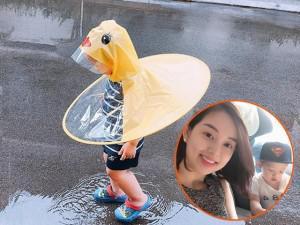 Con trai Ly Kute thích thú với bộ áo mưa hình con vịt, vào nhà cũng quyết không cởi