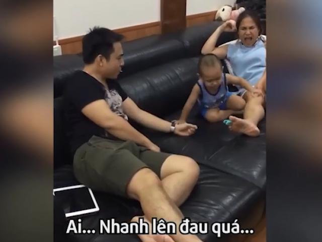 Phân biệt đối xử: em bé cố gắng cứu mẹ khỏi đau nhưng... mặc kệ bố