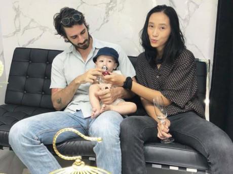 Bất ngờ với diện mạo của Trang Khiếu sau khi sinh con với bạn trai Tây