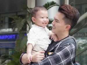 """Vắng mẹ, con trai hơn 1 tuổi của Nam Cường vẫn tươi rói bên """"ông bố đảm"""""""
