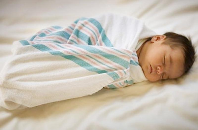 1. Quấn, bao bọc con quá chặt: không giúp trẻ ngủ ngon, ngủ sâu hay ít quấy khóc.