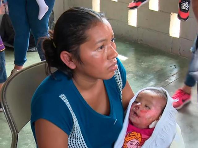Đang tổ chức đám tang cho con gái, mẹ hoảng hốt thấy con choàng mở mắt trên tay mình