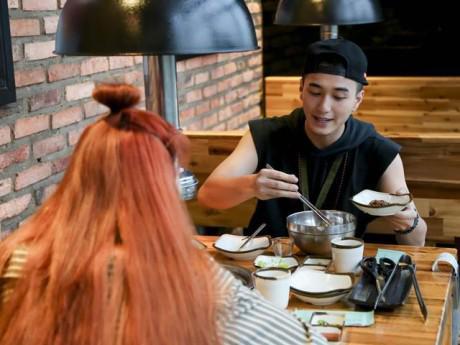 Đã công khai có người yêu, Huỳnh Anh vẫn ân cần với cô gái khác trong show hẹn hò