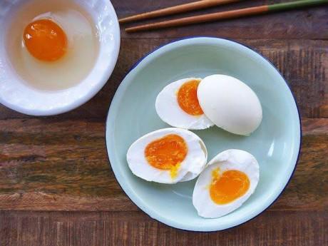 Cách làm trứng muối không tanh, ngon như ngoài hàng