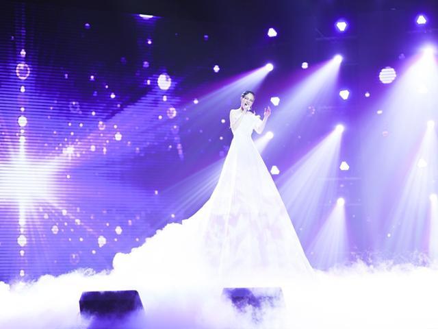 Cô gái diện váy trắng khổng lồ choáng ngợp sân khấu The Voice, hớp hồn 4 HLV