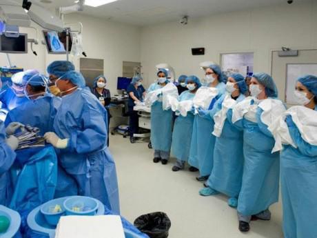 Mẹ mổ đẻ trong phòng siêu rộng, 35 bác sĩ cùng tham gia bởi số lượng thai nhi gây sốc