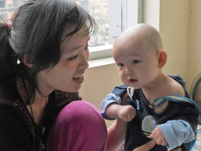 Con 1 tuổi chỉ nặng 7kg, mẹ bị bác sĩ mắng vì cách cho ăn sữa cực sai lầm