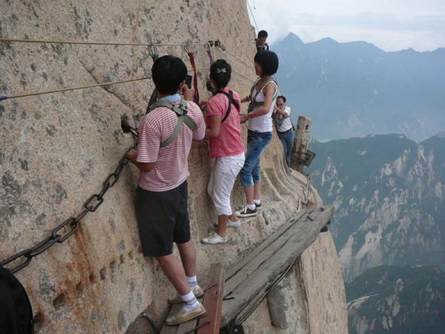 Cận cảnh con đường nguy hiểm nhất Trung Quốc