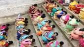 Lạ lùng hàng trăm phụ nữ quỳ gối ăn cơm trộn cát để cầu có con