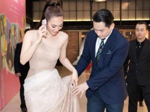 Hứa Vĩ Văn ân cần nâng váy cho người đẹp Phương Anh Đào ngay trong họp báo