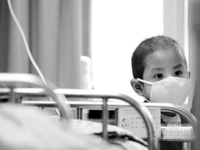 Bố thường ra hành lang hút thuốc nhưng con 5 tuổi vẫn bị ung thư giai đoạn cuối