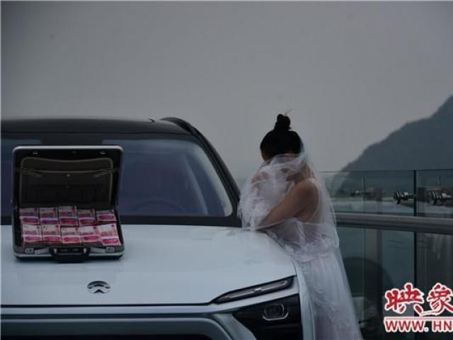 Mang tiền và siêu xe lên cầu kính thử thách bạn trai, cô gái nhận cái kết đắng lòng